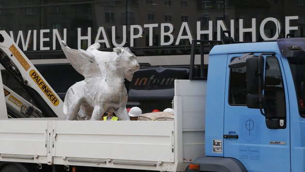 Markusloewe-kehrte-an-Wiener-Hauptbahnhof-zurueck-1000-Kilo-Skulptur-story-421252_630x356px_9ff9d1d54c0fbed2d2e2b0ccc8b59520__47655422_jpg